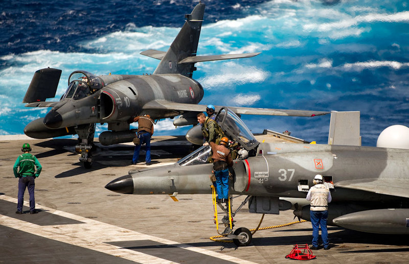 marine et aéronavale French+Navy+SEM+on+side+catapult.+Mediterranean+sea.+its+armed+with+2+x+GBU%2527s+%252B+Magic+Airr625l+tank+%252B+Electronic+pods+and+flares.