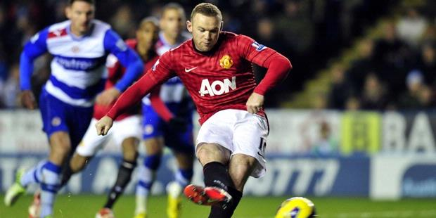 Striker Manchester United, Wayne Rooney (merah), saat mengeksekusi penalti pada laga melawan Reading di Madejski Stadium, Sabtu atau Minggu (2/12/2012) dini hari WIB. MU menang tipis 4-3 atas Reading.