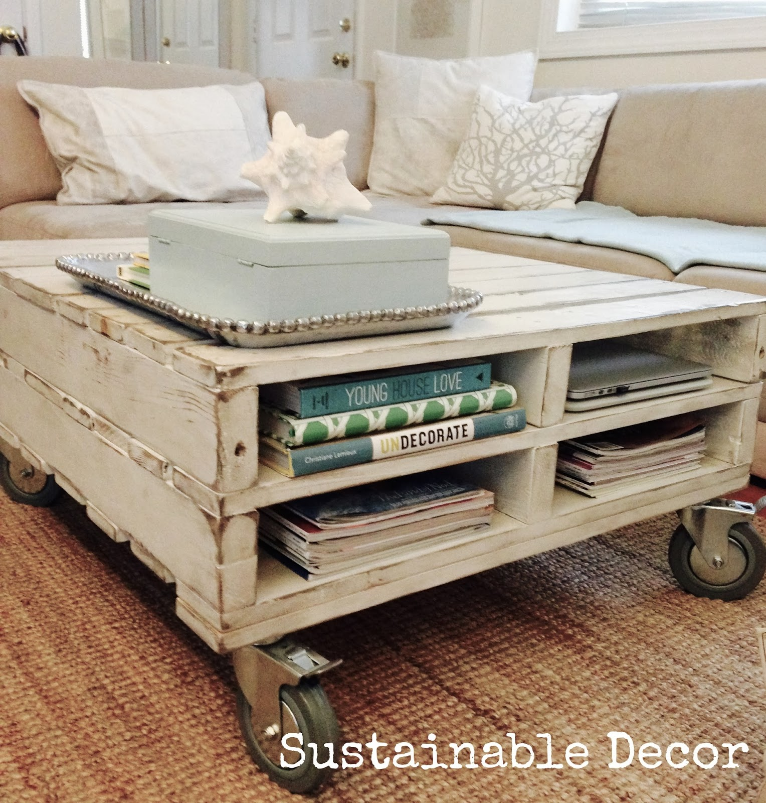 20 awesome diy pallet projects little house of four - Idee table basse palette ...