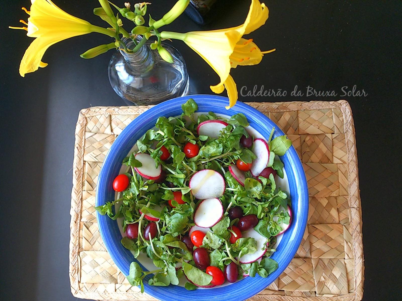 Salada de agrião com rabanetes, tomates e uvas
