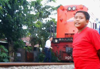 gambar lokomotif merah