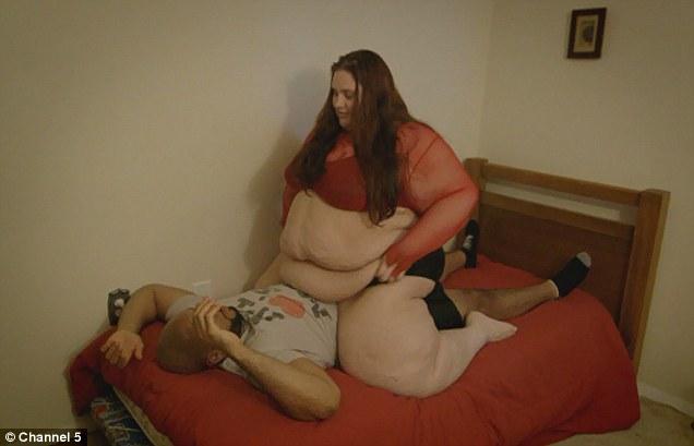 homem é esmagado por mulher