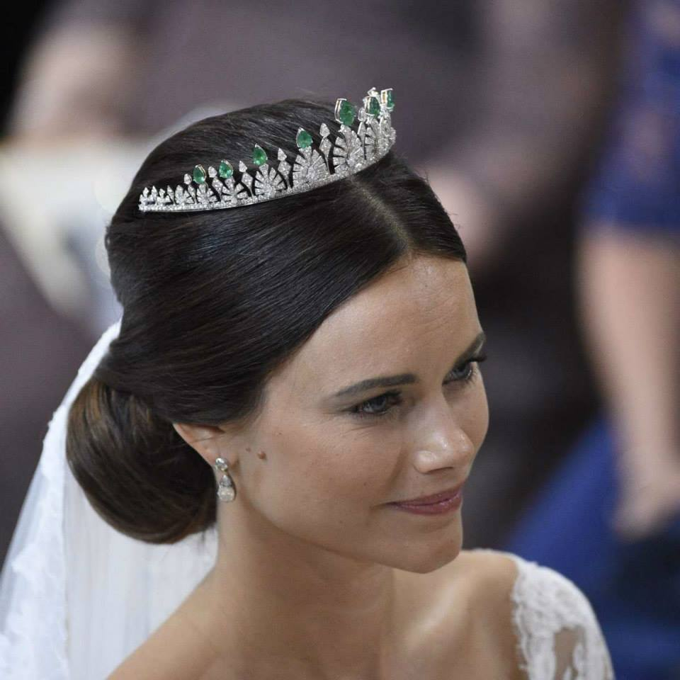 I M Not A Huge Fan Of Coloured Wedding Tiaras To Tell The Truth Wonder Whether Emerald Are Removable Be Exchanged With Diamonds Pearls