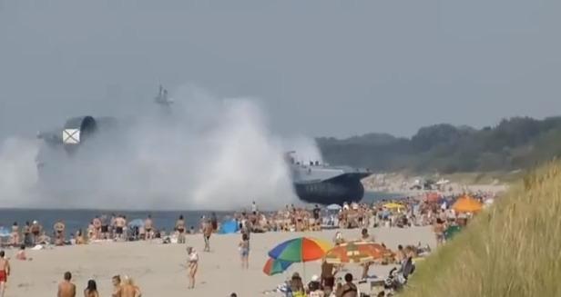 Hovercraft Militer Rusia Kejutkan Pengunjung Pantai