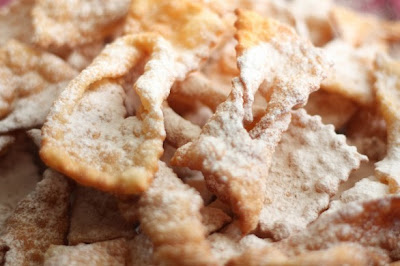 Tiras de massa de pastel frito com açúcar