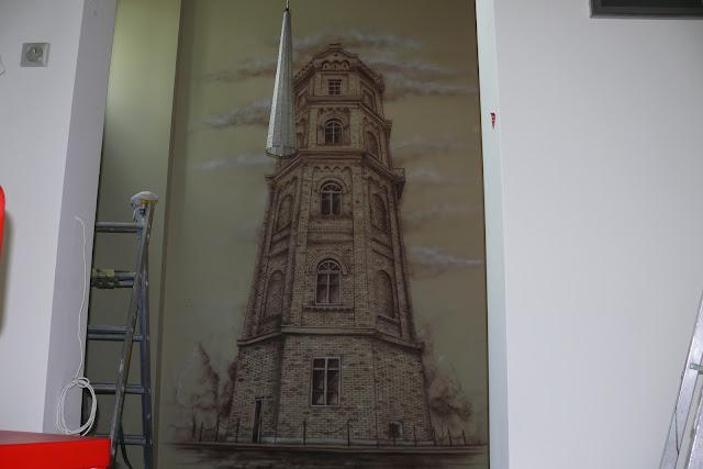 Artystyczne malowanie obrazu na ścianie, malowanie farbami akrylowymi