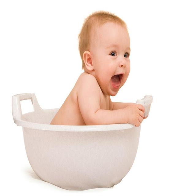 un bébé qui se trouve dans son propre baignoire