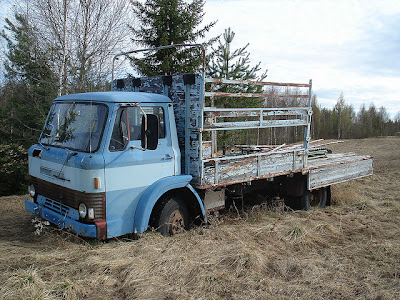 Övergiven lastbil i skogsparti. Foto: Magnus 731132 CC BY-SA