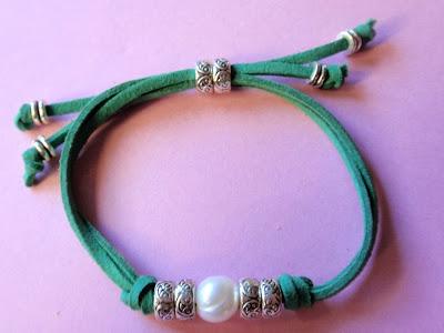 Pulsera en antelina verde con perla de agua dulce