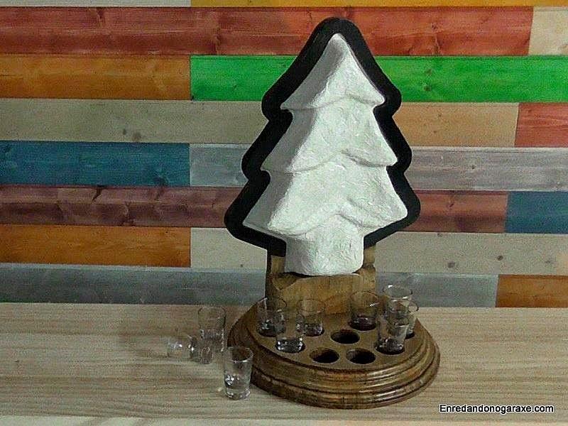 Lámpara con forma de árbol de navidad. Enredandonogaraxe.com