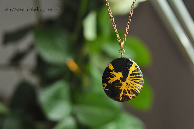kulta, musta, kaulakoru, gold, black, pendant
