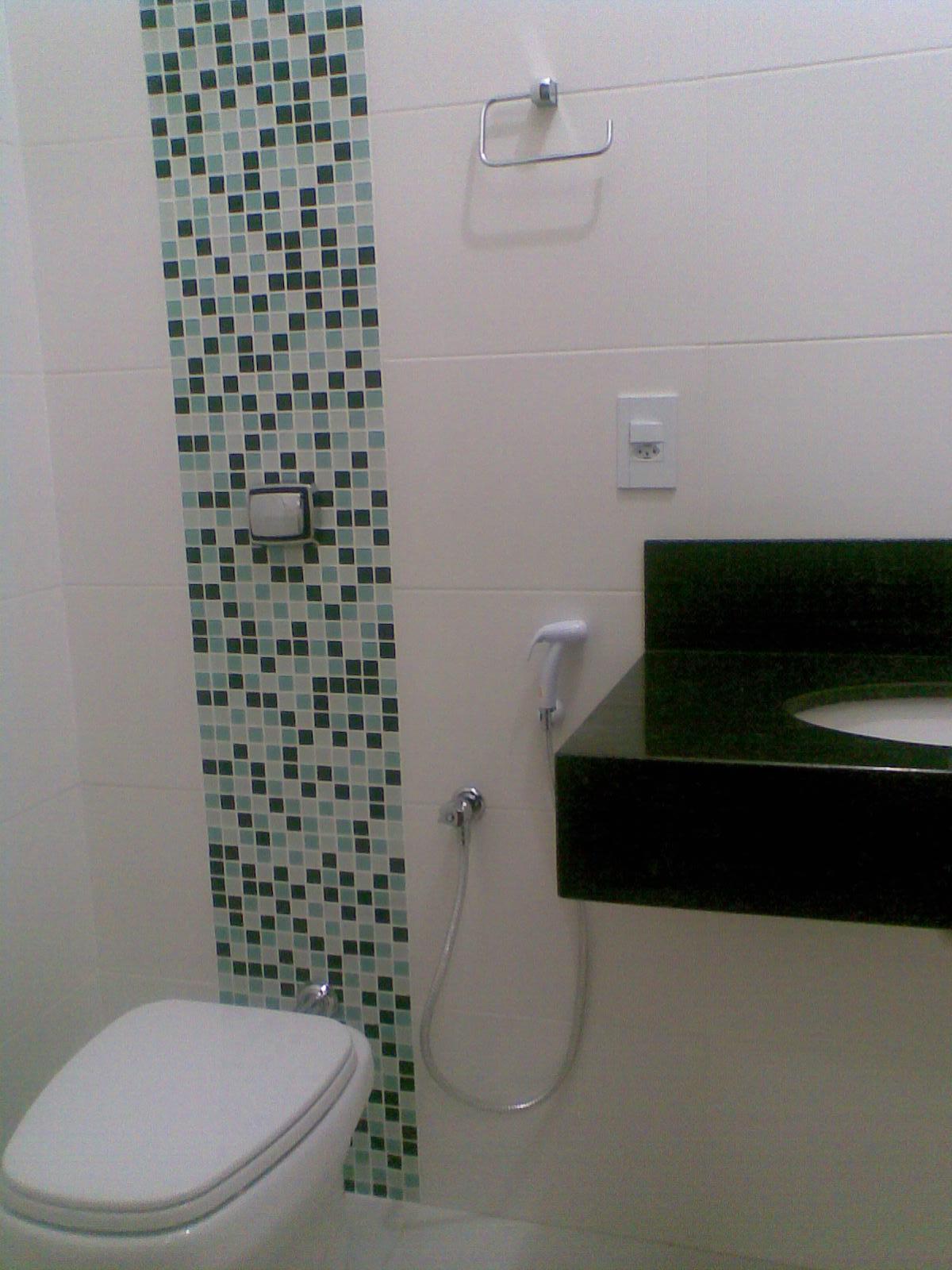 para os banheiros detalhes com pastilhas de vidro trazem a identidade #141B14 1200 1600