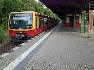 """S-Bahn: Mit dem """"Rote-Schleifen-Zug"""" ab durch die Mitte S-Bahn-Sonderzug zum Welt-Aids-Tag startet in diesem Jahr vom Potsdamer Platz • Prominente Unterstützer freuen sich auf Zugtaufe"""