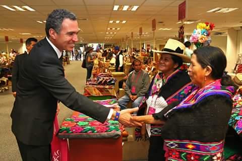 El Ministro del Ministerio de Cultura Peruana felicitando a las artesanas de Huañec
