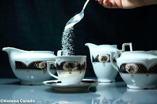 fotografia de colocando o açucar na chávena