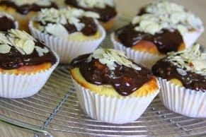 Muffins cu branza si glazura de ciocolata