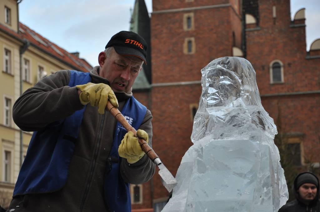 Krolowa sniegu przed wroclawskim ratuszem