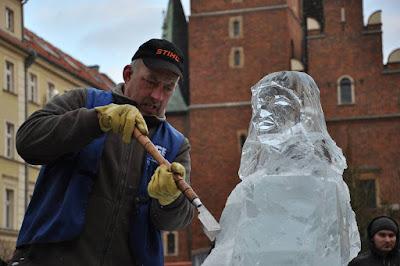 Królowa śniegu przed wrocławskim ratuszem