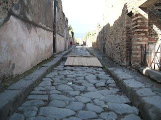 Casa de los Vetii - Vía en la que se encuentra la  entrada principal  (Reg VI, Ins 15, 1)