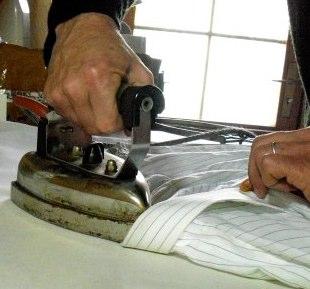 comment repasser une chemise et la plier comment a marche. Black Bedroom Furniture Sets. Home Design Ideas