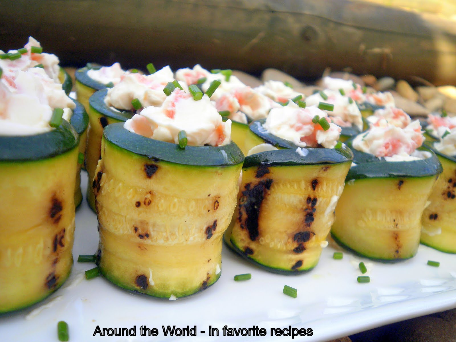 Around the world in favorite recipes coctail finger food zucchini rolls with cream cheese and smoked salmon forumfinder Images
