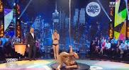 Apresentadora 'se aventura' em pole dancing e passa vergonha ao vivo