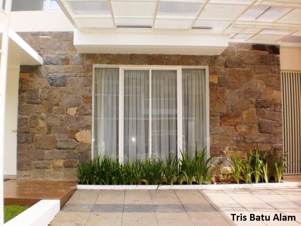 batu alam gringging pada dinding tampak depan rumah