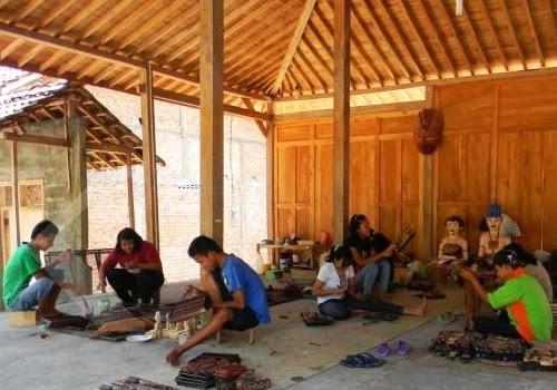 Uniknya Cara Membatik Dengan Media Wayang Kayu di Dusun Krebet Bantul Yogyakarta