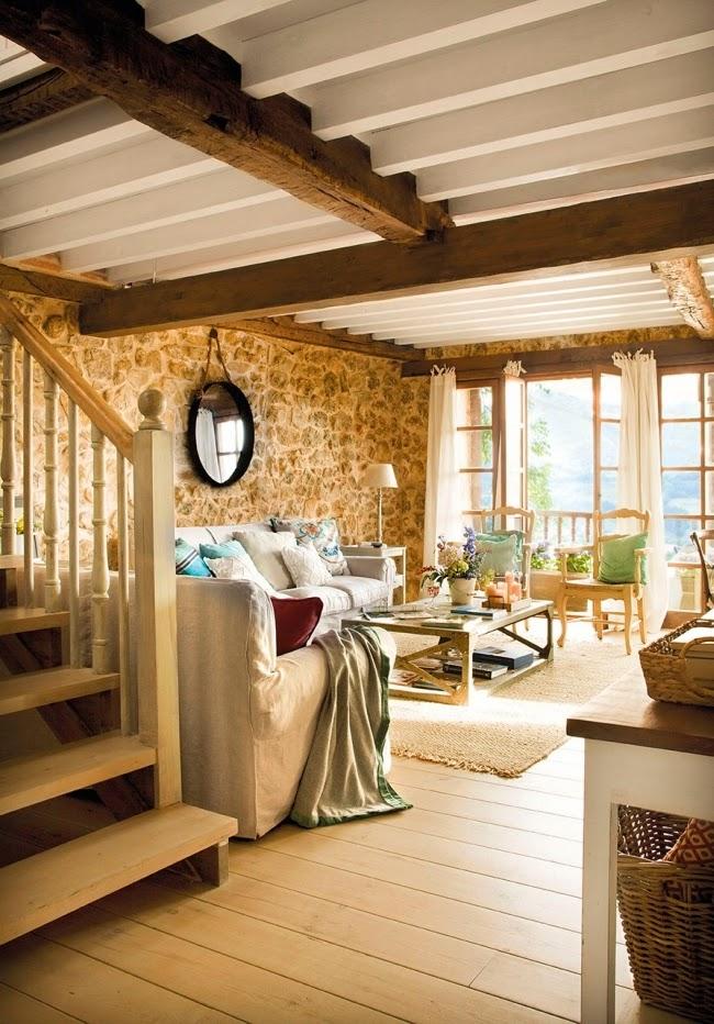 wnętrza, styl rustykalny, styl wiejski, kamienna ściana, stare meble, antyki, drewniane belki, białe wnętrza, salon