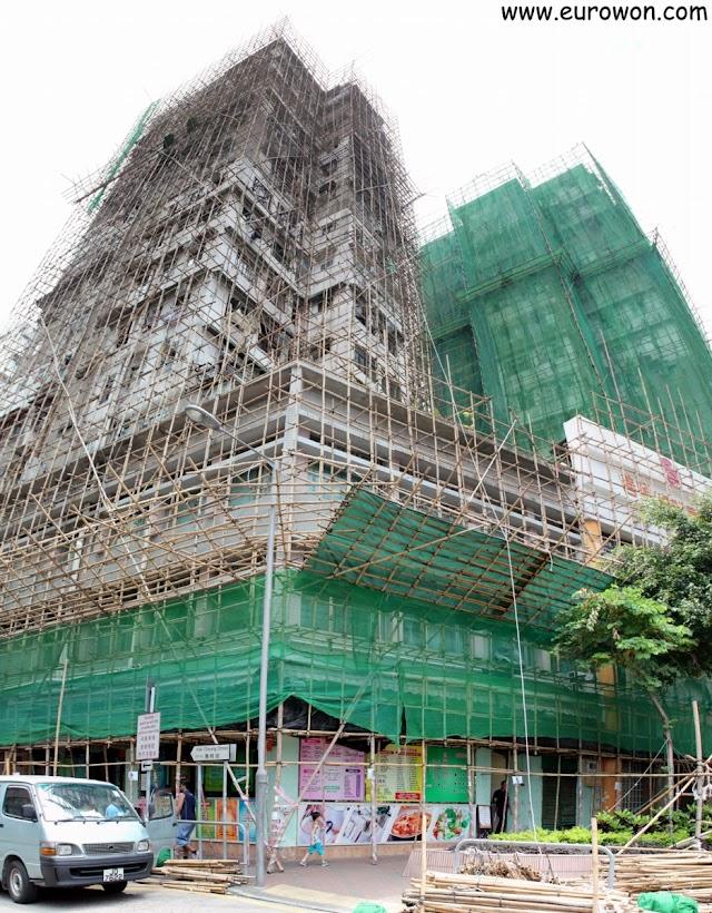 Edificio de Hong recubierto por una estructura de andamios de bambú