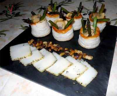 Emplatado de los Volovanes de champiñón y espárragos verdes con queso al romero y mix de frutos secos.