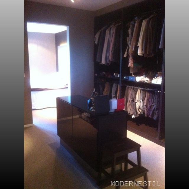 Modernestil: walk in closet