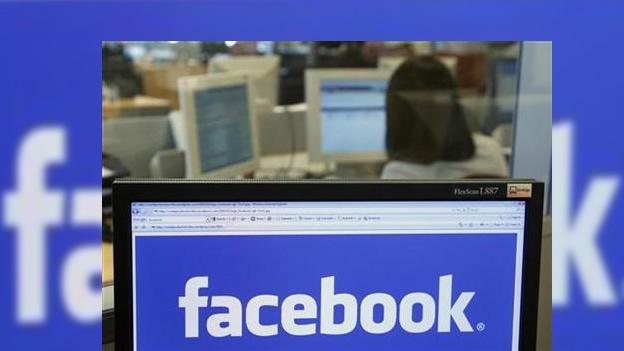 HONG KONG, China (CNN) — Facebook pronto podría actualizar su estado de 'privado' a 'público' en lo que probablemente sería la mayor oferta pública inicial (OPI) tecnológica en la historia. Los informes señalan que la red social podría presentar los documentos de registro el miércoles, para una salida a Bolsa en mayo. La red social tiene como objetivo recaudar la gran cantidad de 10,000 millones de dólares. Eso podría eclipsar al anterior récord de OPI en Estados Unidos establecido por Google. En 2004, el motor de búsqueda y proveedor de correo electrónico, consiguió poco menos de 2,000 millones de dólares.Si