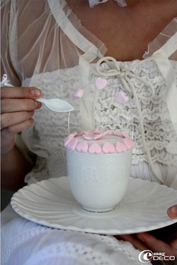 Cupcake décoré de pâte à sucre et présenté dans une tasse