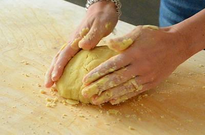 Crostata di mele: ottenere un panetto di pasta frolla da avvolgere con la pellicola e conservare in frigo