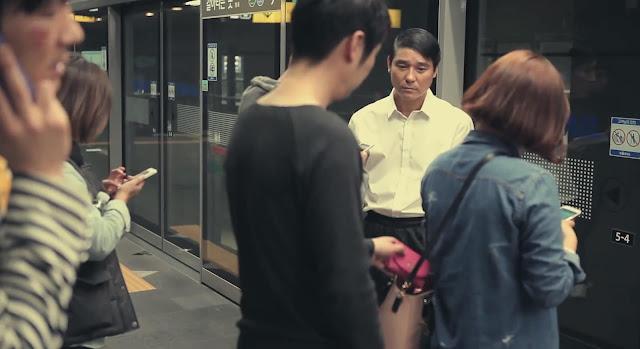 Carterista robando una cartera en el metro de Seúl