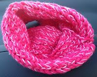 Cuello lana rosa fucsia con perlé