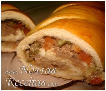receita de pão feito como rocambole recheado com atum