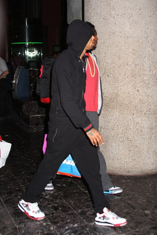 fashion and music blog chris brown wears gucci hoodie