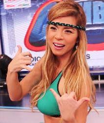 Sheyla Rojas saludando a su estilo
