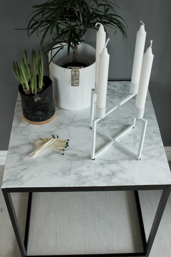 diy bord, diy marmorbord, marmor, plastfilm, panduro, tändstickor, kubus look alike, pappkruka, svart kruka, vårlökar, inredning, inspiration, vardagsrum, grå vägg, new york poster, detaljer på bord