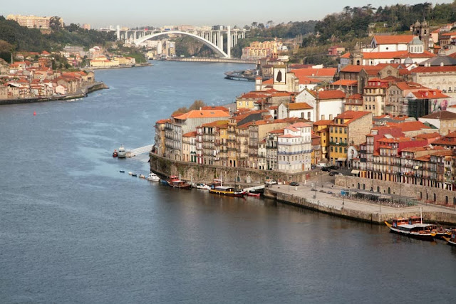 El rio Duero en su paso por la ciudad de Oporto