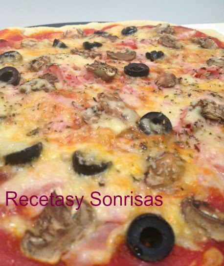 PIZZA DE JAMÓN, CHAMPIÑONES , OLIVAS Y MOZZARELLA CON UN TOQUE ESPECIAL