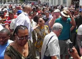 Jay Z t Beyoncé y pueblo cubano en el casco histórico de la habana vieja