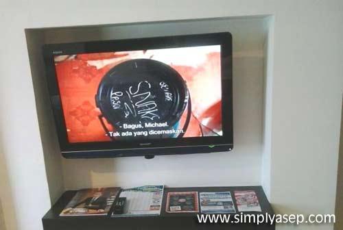 Flat-screen TV ini menyajikan banyak saluran dalam dan luar negeri.  Terdapat 29 channel yang bisa dipilih sesuai selera anda.  Foto Asep Haryono