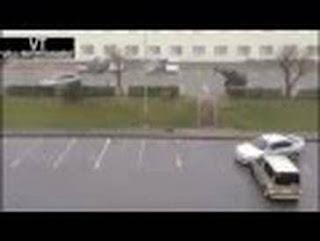 بالفيديو.. سيارة تطير بسبب قوة الرياح !!!!