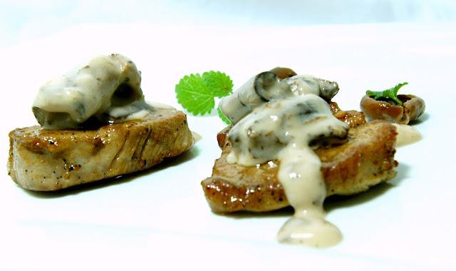 Wieprzowe polędwiczki z grzybowym sosem