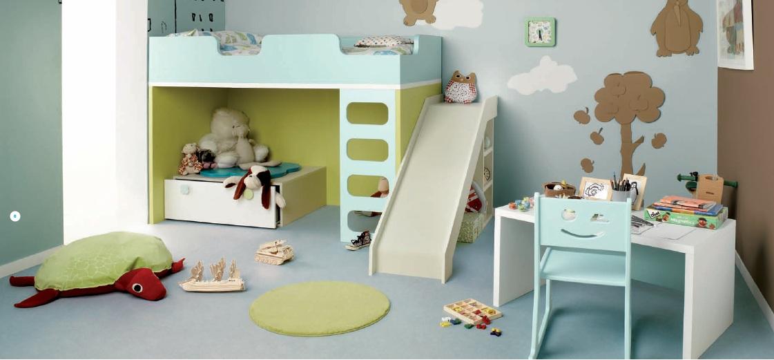 Habitacion infantil con cama alta tobogan y mesita peque a for Dormitorios para 4 ninas