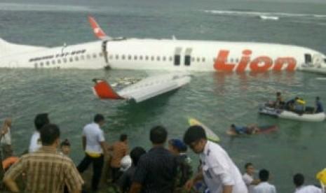 photo pesawat lion air jatuh kecelakaan di bali