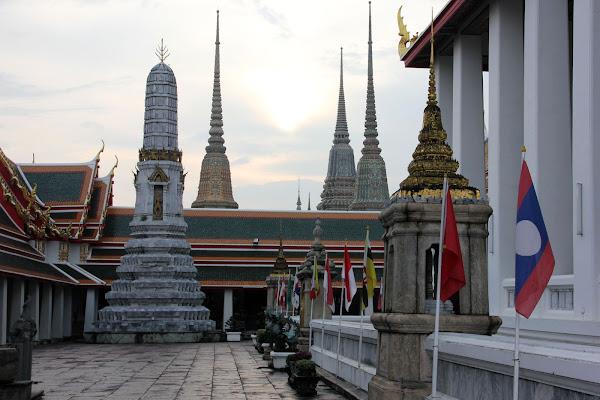 Patio exterior de Wat Pho junto al Gran Palacio de Bangkok